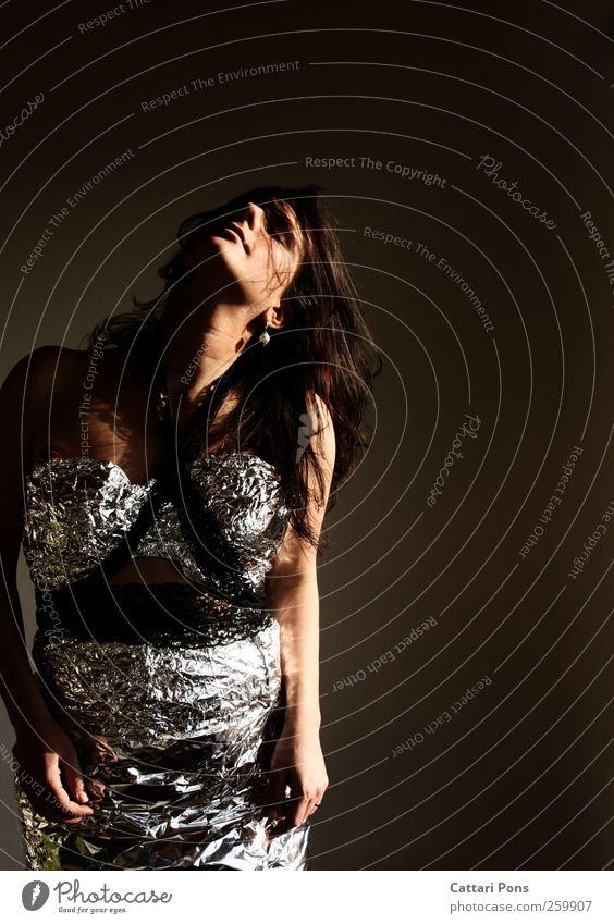 Go Along. Körper Haare & Frisuren Gesicht Veranstaltung Tanzen feminin Frau Erwachsene 1 Mensch 18-30 Jahre Jugendliche Kleid schwarzhaarig brünett langhaarig