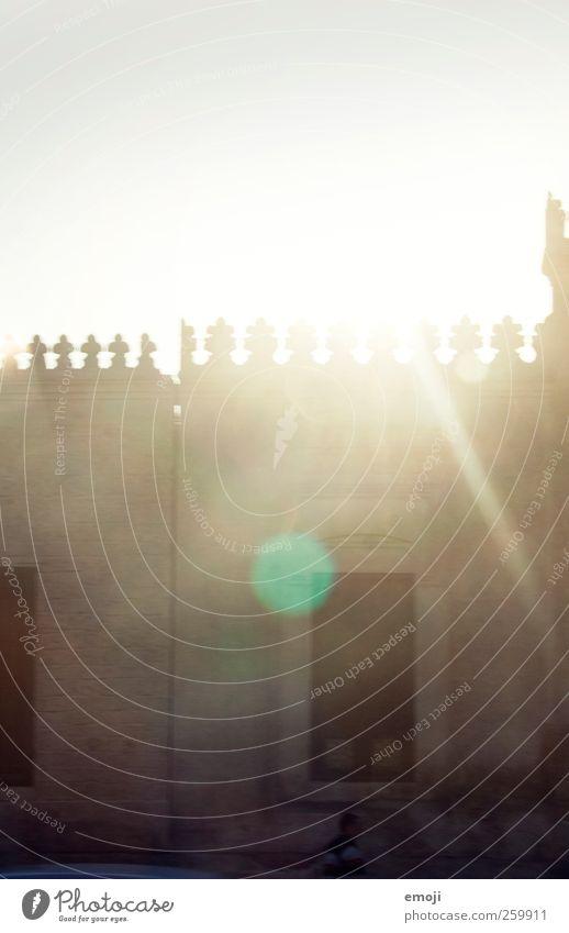 Zinnen Haus Kirche Dom Burg oder Schloss Bauwerk Gebäude Architektur Fenster Dach Wärme gelb gold Blendenfleck Farbfoto Außenaufnahme Menschenleer