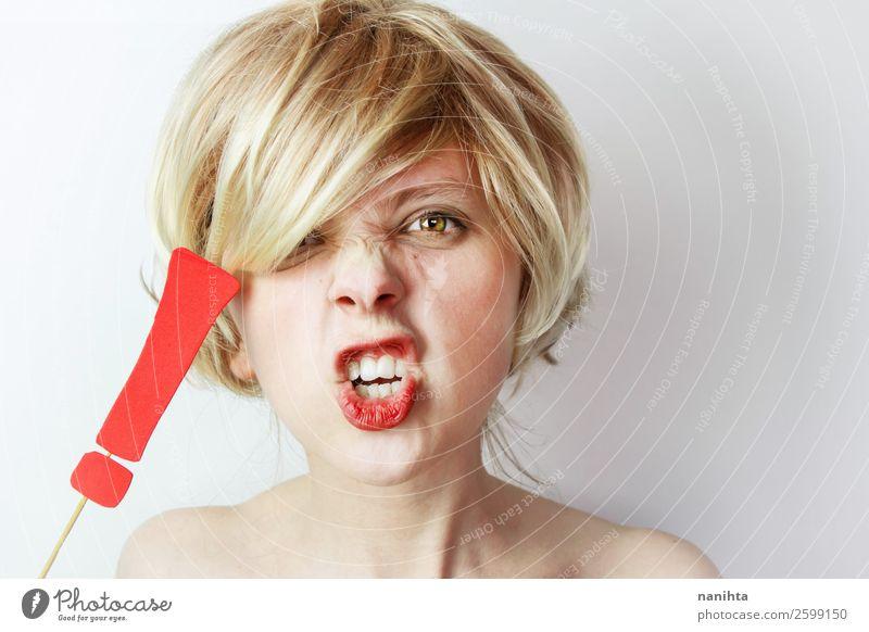 Wütende junge Frau mit einem Ausrufezeichen Mensch feminin Erwachsene blond schreien rebellisch stark Wut rot weiß Gefühle Gewalt Politik & Staat rebellieren