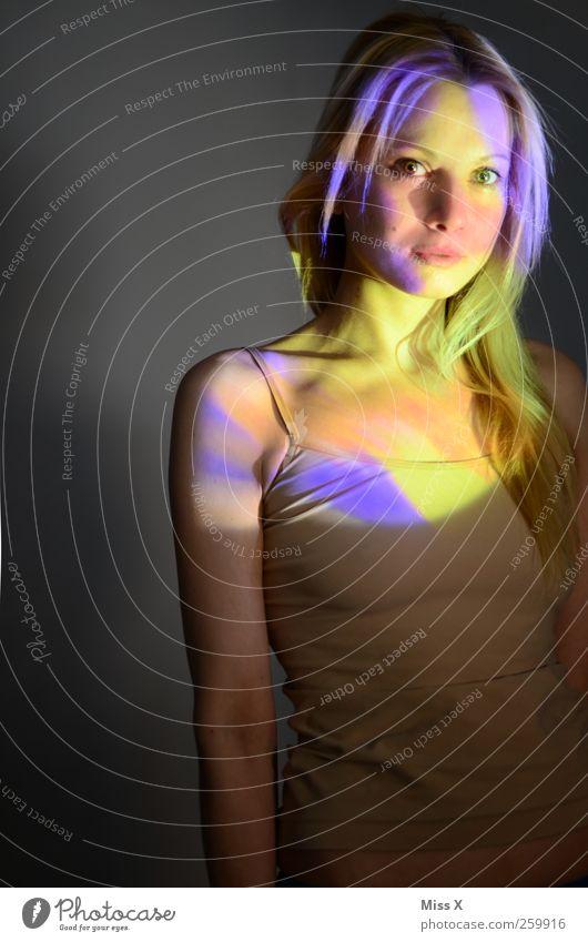 Erleuchtet Mensch feminin Junge Frau Jugendliche Erwachsene 1 18-30 Jahre Haare & Frisuren blond langhaarig schön mehrfarbig Farbe Lichtspiel Farbenspiel