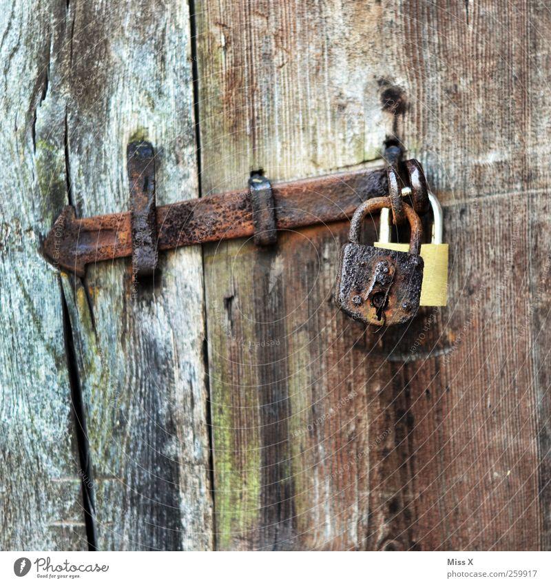 Alt & Neu /oder/ Doppelt hält besser alt Holz Tür braun geschlossen Sicherheit paarweise Verfall Rost Schloss Eisen Holztür