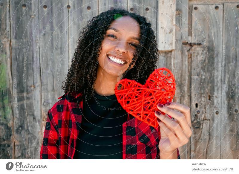 Schöne junge Frau, die ein rotes Herz hält. Lifestyle Stil Freude schön Haare & Frisuren Leben Mensch feminin Junge Frau Jugendliche Erwachsene 1 18-30 Jahre
