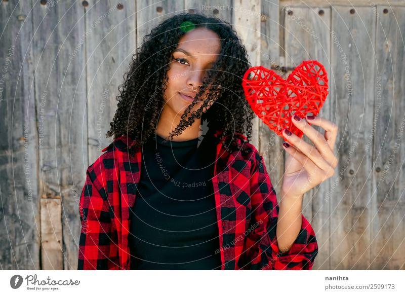 Schöne junge Frau, die ein rotes Herz hält. Lifestyle Stil Freude Haare & Frisuren Leben Mensch feminin Junge Frau Jugendliche Erwachsene 1 13-18 Jahre Piercing