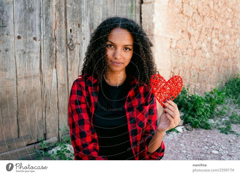 Schöne junge Frau, die ein rotes Herz hält. Lifestyle Stil Freude Haare & Frisuren Leben Mensch feminin Junge Frau Jugendliche Erwachsene 1 18-30 Jahre Piercing