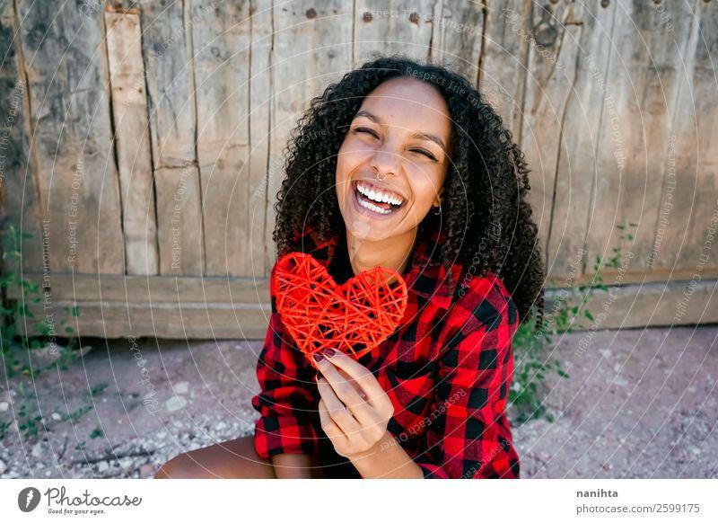 Schöne junge Frau, die ein rotes Herz hält. Lifestyle Stil Freude Haare & Frisuren Leben Mensch feminin Junge Frau Jugendliche Erwachsene 1 13-18 Jahre