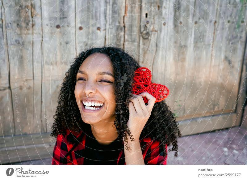 Schöne junge Frau, die ein rotes Herz hält. Lifestyle Stil Freude Haare & Frisuren Gesundheit Wellness Leben Mensch feminin Junge Frau Jugendliche Erwachsene