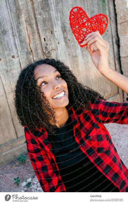 Schöne junge Frau, die ein rotes Herz hält. Lifestyle Stil Freude Haare & Frisuren Leben Mensch feminin Junge Frau Jugendliche Erwachsene 1 18-30 Jahre Hemd