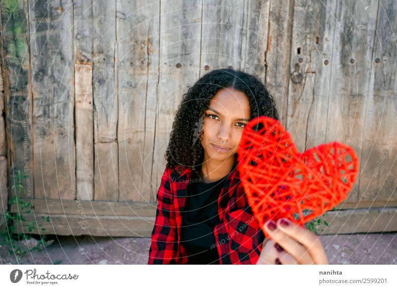 Schöne junge Frau, die ein rotes Herz hält. Lifestyle Stil Freude Haare & Frisuren Gesundheit Gesundheitswesen Leben Mensch feminin Erwachsene Jugendliche 1