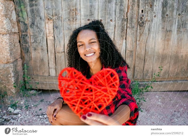 Schöne junge Frau, die ein rotes Herz hält. Lifestyle Stil Freude schön Haare & Frisuren Gesundheit Wellness Leben Wohlgefühl Zufriedenheit Mensch Junge Frau