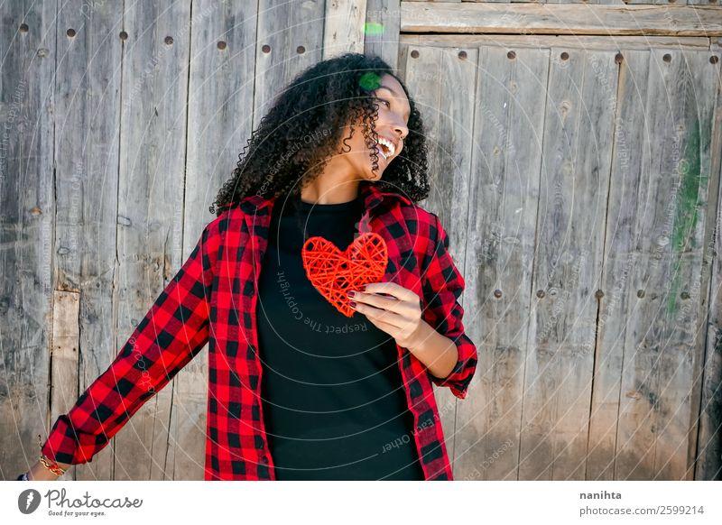 Schöne junge Frau, die ein rotes Herz hält. Lifestyle Stil Freude Haare & Frisuren Gesundheit Wellness Leben Wohlgefühl Mensch feminin Junge Frau Jugendliche