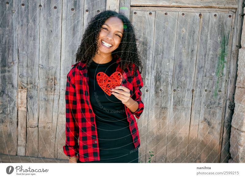 Schöne junge Frau, die ein rotes Herz hält. Lifestyle Stil Freude Haare & Frisuren Leben Mensch Junge Frau Jugendliche Erwachsene 1 18-30 Jahre Hemd Piercing