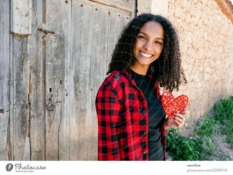 Schöne junge Frau, die ein rotes Herz hält. Lifestyle Stil Freude Haare & Frisuren Gesundheit Wellness Leben Mensch Junge Frau Jugendliche Erwachsene 1