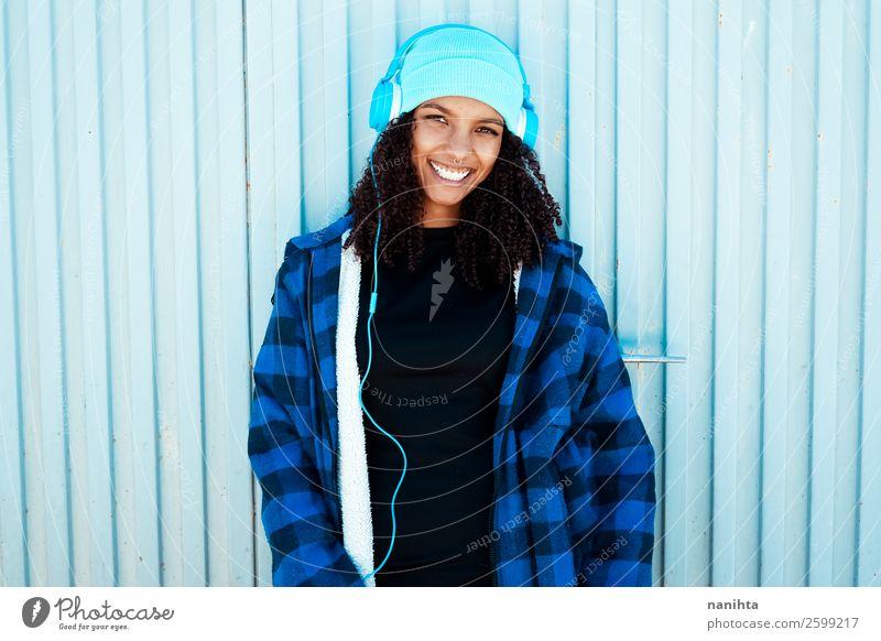 Frau Mensch Jugendliche Junge Frau blau Winter schwarz 18-30 Jahre Lifestyle Erwachsene Leben feminin Gefühle Stil Haare & Frisuren Stimmung