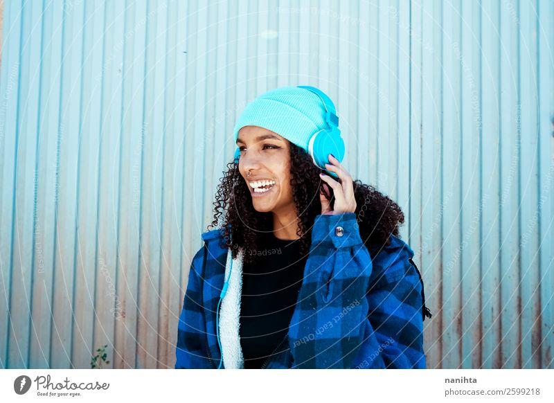 Frau Mensch Jugendliche Junge Frau blau schön Winter schwarz 18-30 Jahre Gesundheit Lifestyle Erwachsene Leben feminin Gefühle lachen