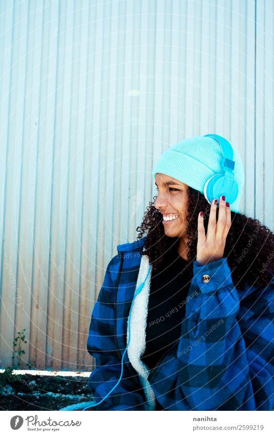 Frau Mensch Jugendliche Junge Frau blau schön Winter schwarz 18-30 Jahre Gesundheit Lifestyle Erwachsene Leben feminin Gefühle Stil