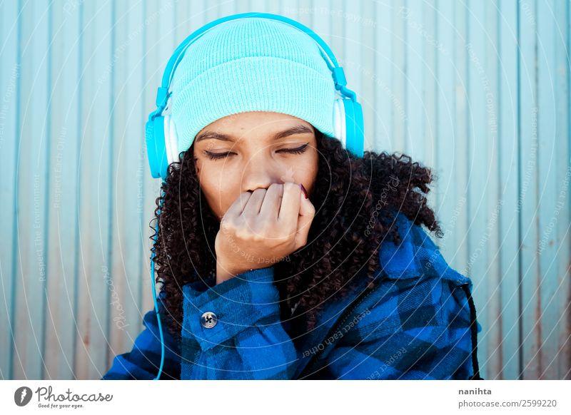 Junge Teenager-Frau beim Hören von Muscheln Lifestyle Stil Haare & Frisuren Leben Freizeit & Hobby Winter Musik Headset Technik & Technologie