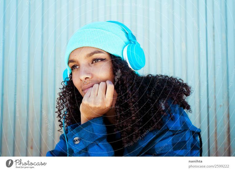 Junge Teenager-Frau beim Musikhören Lifestyle Stil Haare & Frisuren Leben Freizeit & Hobby Winter Headset Technik & Technologie Unterhaltungselektronik Mensch