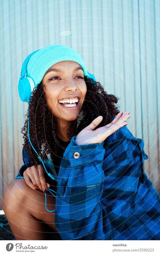 Frau Mensch Jugendliche Junge Frau blau schön Winter schwarz 18-30 Jahre Lifestyle Erwachsene Leben lustig feminin Gefühle lachen