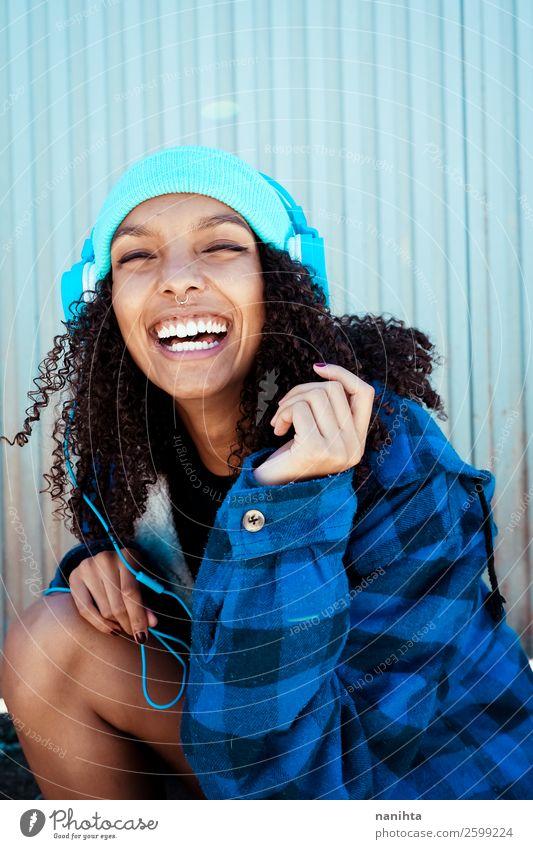 Frau Jugendliche blau schön Winter schwarz Lifestyle Erwachsene Leben natürlich Gefühle lachen Stil Haare & Frisuren Stimmung Zufriedenheit