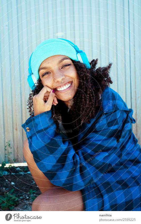 Junge Frau beim Musikhören Lifestyle Stil Haare & Frisuren Wellness Leben Freizeit & Hobby Winter Headset Technik & Technologie Unterhaltungselektronik Mensch