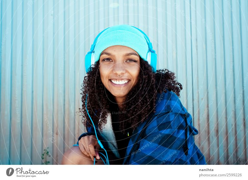 Junge Frau beim Musikhören Lifestyle Stil Haare & Frisuren Leben Freizeit & Hobby Winter Headset Technik & Technologie Unterhaltungselektronik Mensch feminin