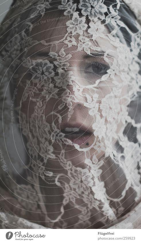wie wir scheinen feminin Junge Frau Jugendliche Erwachsene 1 Mensch 18-30 Jahre Blick Mund Gesicht Spitze Blumenmuster blind verdeckt Tuch Textilien Piercing