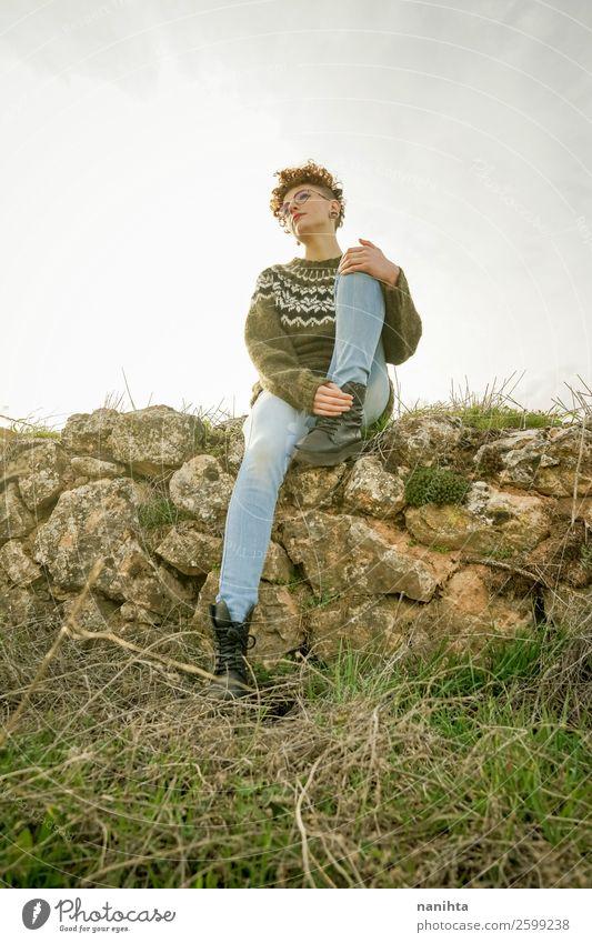 Frau Mensch Natur Jugendliche Junge Frau schön grün Sonne Erholung Einsamkeit Freude 18-30 Jahre Lifestyle Erwachsene Leben Herbst