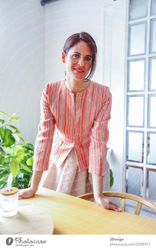 Modekunst Porträt der schönen Frau im Wohnzimmer Reichtum elegant Stil Glück Körper Erholung Möbel Mensch feminin Junge Frau Jugendliche Erwachsene 1