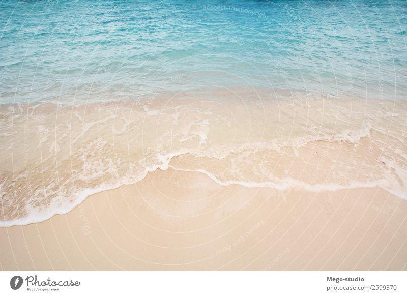 Sandstrand mit den blauen Wellen, die sich in das Ufer hineinrollen. schön Erholung Ferien & Urlaub & Reisen Sommer Sonne Strand Meer Insel Natur Landschaft