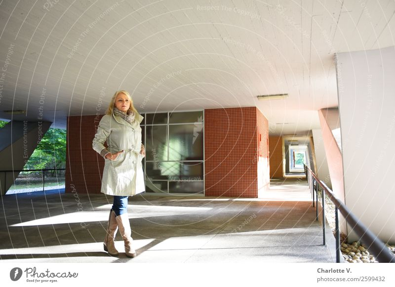 Haltung Mensch feminin Frau Erwachsene Weiblicher Senior 1 45-60 Jahre Gebäude Architektur Mehrfamilienhaus Mauer Wand Fenster Säule Geländer Decke Jeanshose