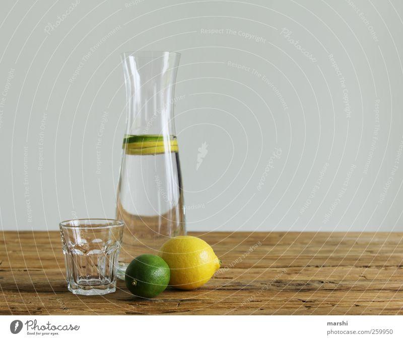 Wasser mit Schuss grün gelb braun Glas Trinkwasser Getränk trinken Flasche Stillleben Zitrone sauer sommerlich Erfrischungsgetränk Limonade Limone Zitrusfrüchte