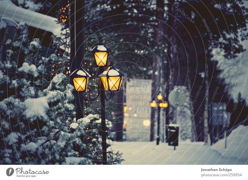 alte leuchtende Laterne in Winterlandschaft zu Weihnachten Umwelt Natur Wetter Schnee Fröhlichkeit Vorfreude Ferien & Urlaub & Reisen stagnierend Stimmung