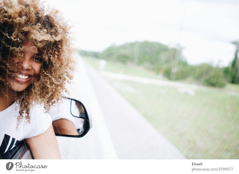 Mensch Ferien & Urlaub & Reisen Freude Straße Gefühle Glück Haare & Frisuren Ausflug PKW Behaarung Kraft Lächeln Fröhlichkeit Erfolg Lebensfreude Coolness