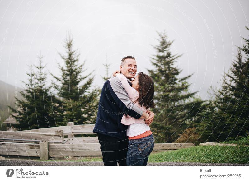 Junges verliebtes Paar lächelnd Lifestyle Mensch 2 Gefühle Stimmung Freude Fröhlichkeit Lebensfreude Begeisterung Euphorie Optimismus Geborgenheit loyal