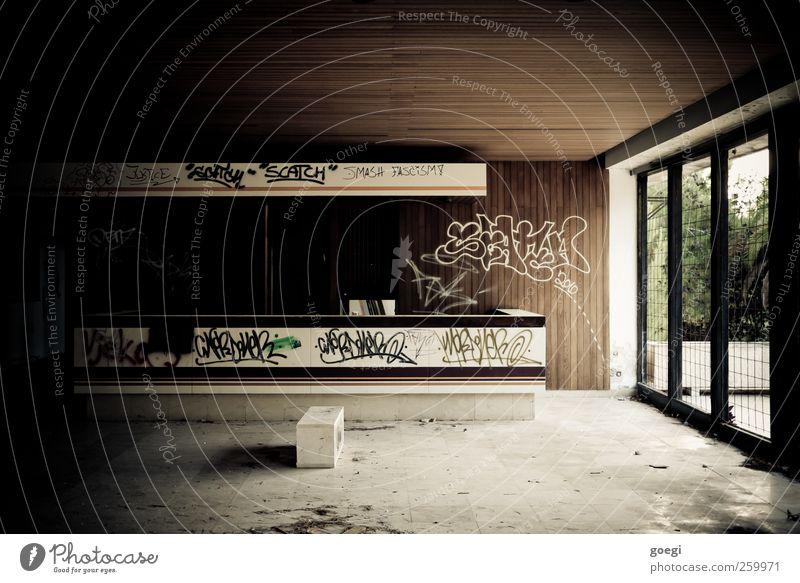 Reception alt Einsamkeit dunkel Fenster Graffiti Garten Gebäude dreckig kaputt Wandel & Veränderung trist Vergänglichkeit Bauwerk Hotel Eingang trashig