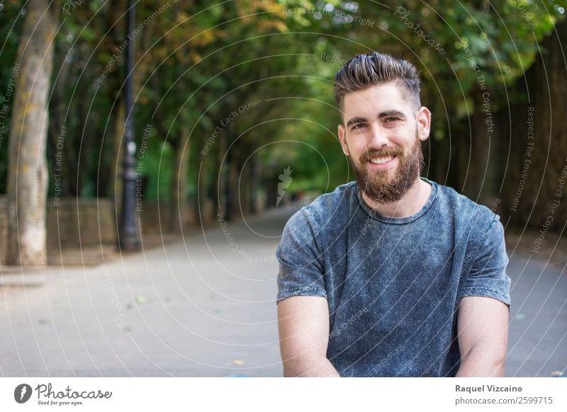 Porträt eines kleinen Jungen mit Bart. Gesundheitswesen Sommer Mann Erwachsene 1 Mensch 18-30 Jahre Jugendliche Natur Frühling Schönes Wetter Baum Park T-Shirt