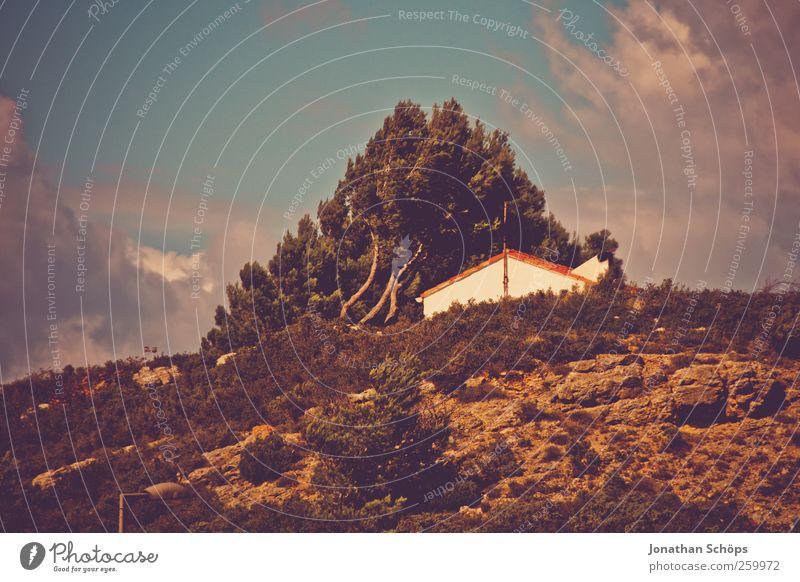 Haus auf Hügel Himmel Natur Baum Ferien & Urlaub & Reisen Sommer Umwelt Landschaft Freiheit Wärme Felsen Ausflug Tourismus Reisefotografie Warmherzigkeit