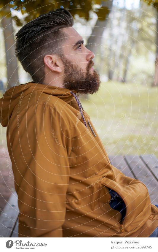 Mann schaut auf die Herbstlandschaft. Lifestyle Wellness Wohlgefühl ruhig Ausflug Junger Mann Jugendliche Kopf 1 Mensch 18-30 Jahre Erwachsene Natur Klimawandel