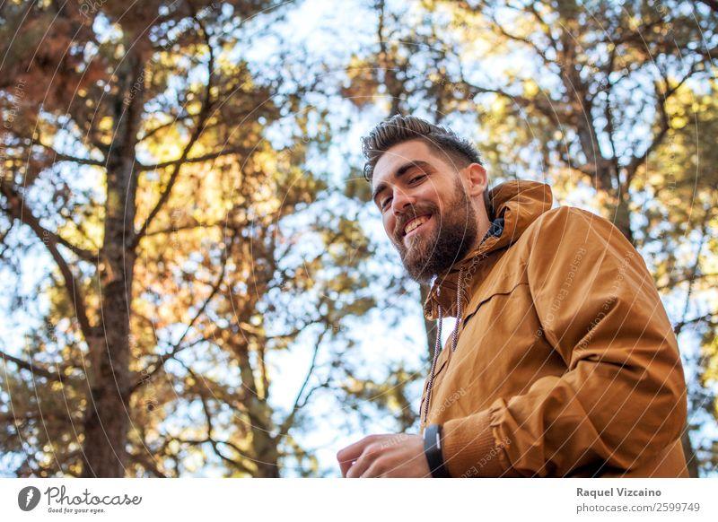 Porträt eines lächelnden Mannes mit herbstlichem Hintergrund. Leben Ferien & Urlaub & Reisen wandern Junger Mann Jugendliche 1 Mensch 18-30 Jahre Erwachsene