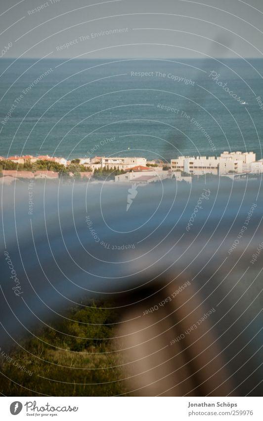 übers Dach ins Meer Umwelt Landschaft Wolkenloser Himmel Schönes Wetter Küste Strand Mittelmeer Frankreich Südfrankreich Erfahrung Erholung Erwartung Freiheit
