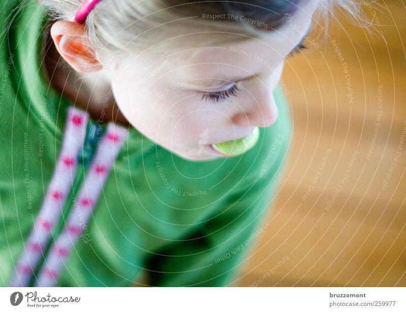 Big Apple Mensch Kind grün Mädchen Kopf Denken Kindheit Zufriedenheit blond Ohr Jacke Süßwaren Langeweile 8-13 Jahre Kindererziehung 3-8 Jahre