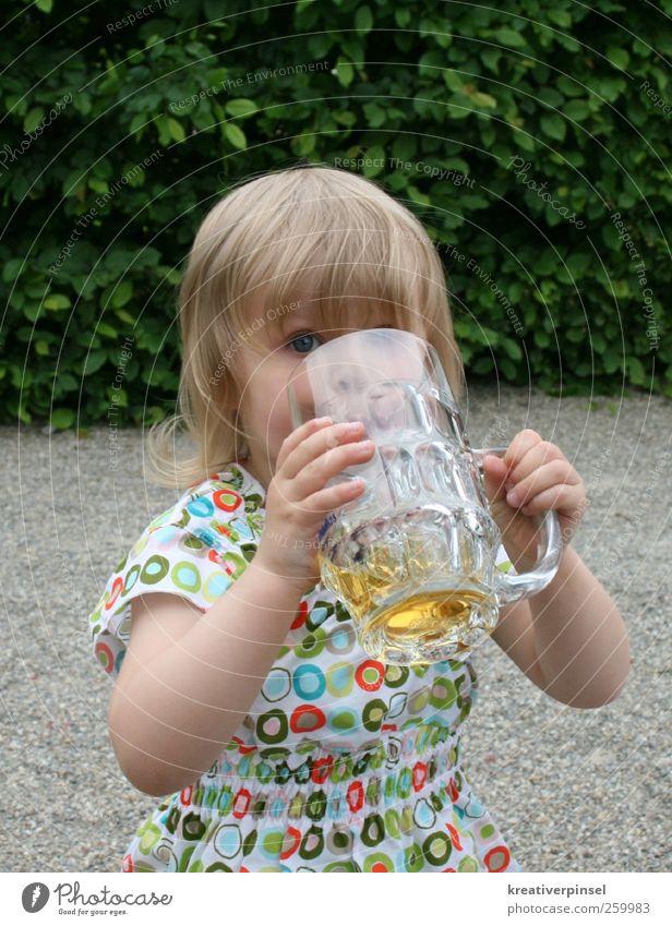 Apfelschorle? Mensch Kind blau grün weiß Hand Sommer rot Gesicht Auge Haare & Frisuren Kopf Garten blond Arme Glas