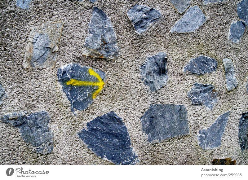 --> da lang! Mauer Wand Stein Beton Zeichen Graffiti Pfeil braun gelb grau schwarz Wege & Pfade Richtung rechts Linie streichen zeigen Wegweiser Farbfoto