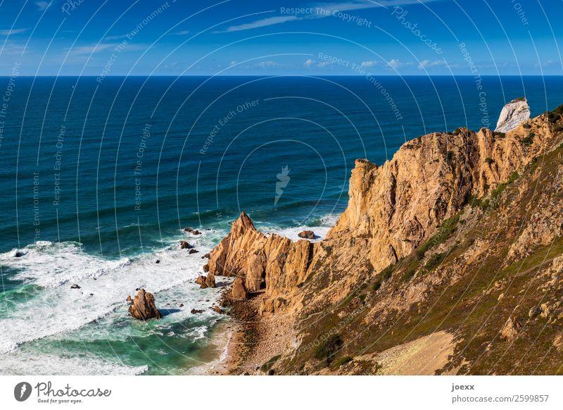 Braune Felsküste ins blaue Meer mit Wellen und Gischt Felsenküste Landschaft Himmel Horizont Schönes Wetter Menschenleer Außenaufnahme Tag Wasser Sommer