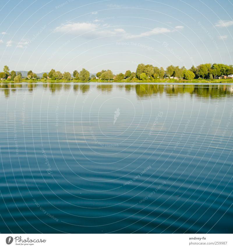 Sommerzeit Natur Wasser Himmel Horizont Schönes Wetter Küste See Sauberkeit blau Umwelt Umweltschutz Ferien & Urlaub & Reisen Teich Teichufer Wellen Spiegelbild