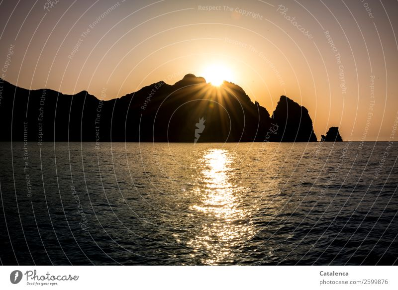 Sundowner | Betthupferl Ausflug Sommer Sommerurlaub Sonne Meer Wellen Segeln Natur Urelemente Wasser Wolkenloser Himmel Horizont Schönes Wetter Felsen Küste