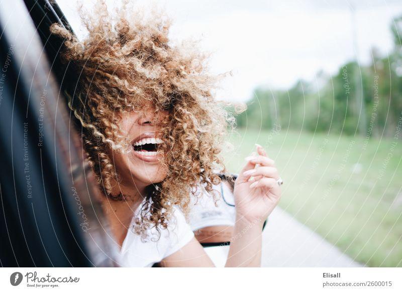 Glückliche Frau mit lockigen Haaren im Auto reitend lachend Lifestyle Freude Mensch feminin 1 Gefühle Stimmung Fröhlichkeit Zufriedenheit Lebensfreude