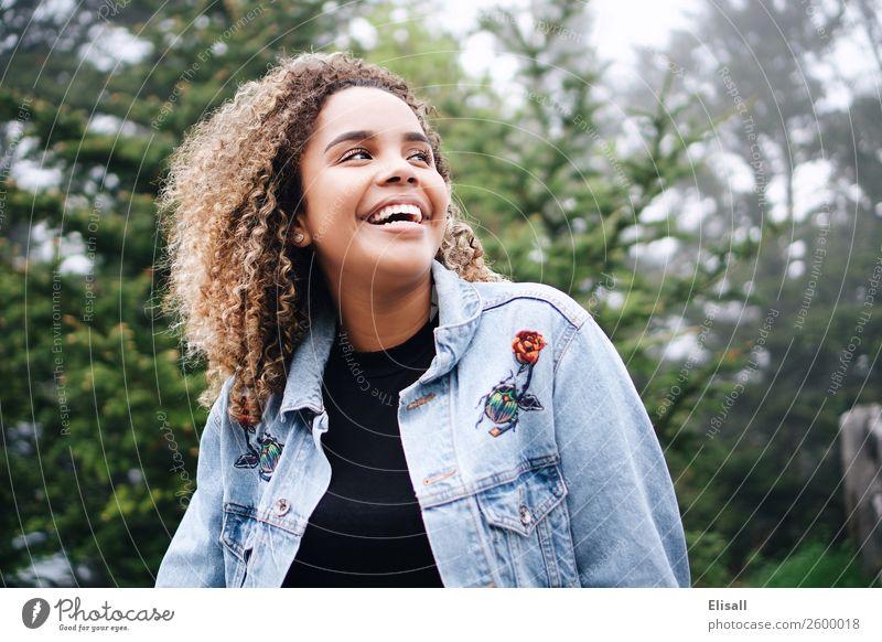 Fröhlich lächelnde Frau Lifestyle Freude Mensch feminin Jugendliche 1 Gefühle Stimmung Tugend Glück Fröhlichkeit Lebensfreude Frühlingsgefühle Begeisterung