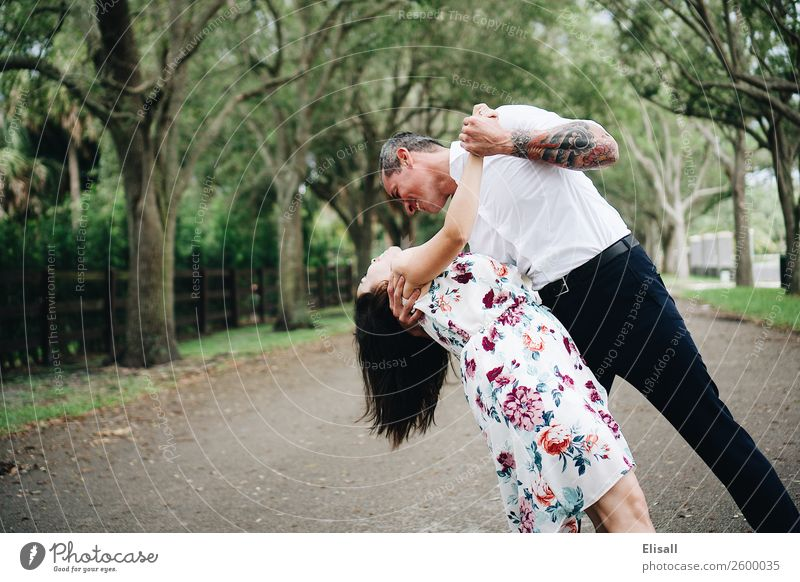 Ein glückliches Paar in der Liebe Mensch Junge Frau Jugendliche Junger Mann Erwachsene 2 Gefühle Stimmung Freude Fröhlichkeit Zufriedenheit Lebensfreude