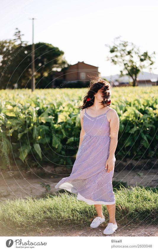 junge Frau mit windgeblasenen Haaren Lifestyle Freizeit & Hobby Mensch 1 Gefühle Stimmung Tugend Freude Fröhlichkeit Lebensfreude Frühlingsgefühle Begeisterung